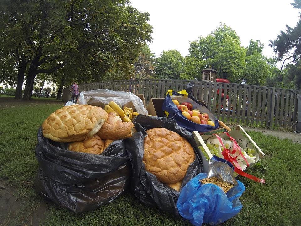 ISW Event in Allerheiligenpark Erntedank. Kasten mit Bananen, Kasten mit Trauben, Kasten mit Äpfeln, Fladenbrot, zahlreiche Brötchen, Erdnüsse.