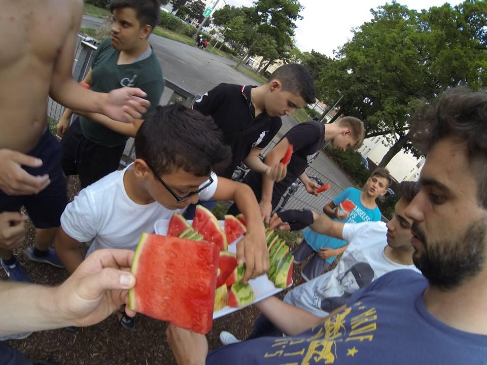 TRAINING ISW JZ16 Verteilung von Scheiben der Wassermelone