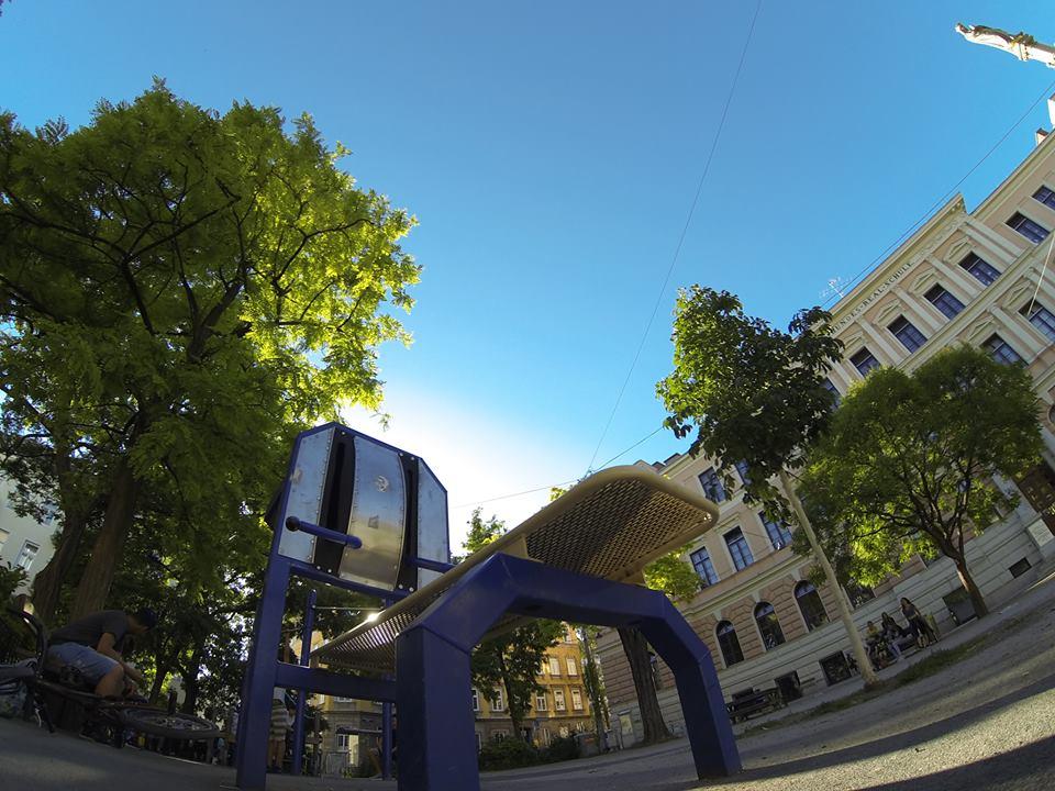 Henriettenplatz Sportplatz Trainingspark ISW Vienna Austria Österreich Wien Rudolfsheim Fünfhaus Bank für Training von Bauchmuskeln