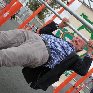 Eröffnung des Sportplatzes für Jugendliche - Amüsanter Großvater am Sportplatz - Vienna Österreich - Austria Wien - Motivation - Gratis Training - Street Workout - Calisthenics - Fitness - GroßartiG