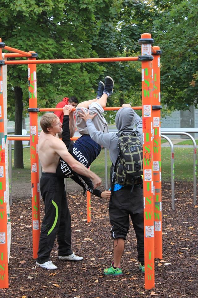 Freiluft Workout mit Schwerpunkt Dehnen und Flexibilität Gemeinsamschaftliche Durchführung der Übung