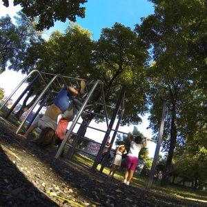 Hospingerplatz - Trainingspark ISW - Vienna Austria - Österreich Wien - Floridsdorf - Barren mit Kindern