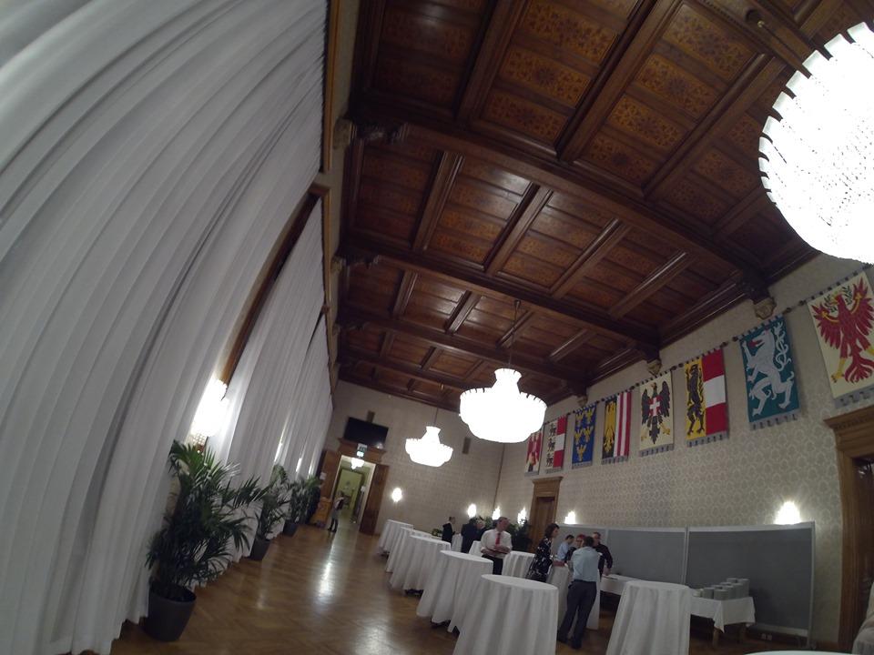 ISW + WIG - Rathaus - Wappensaal - Die Helme und die Wappen sind vielleicht Zeugnisse von Verdiensten derer, die vor uns waren, aber niemals Zeugnisse von der Tugend dessen, der sie erbte