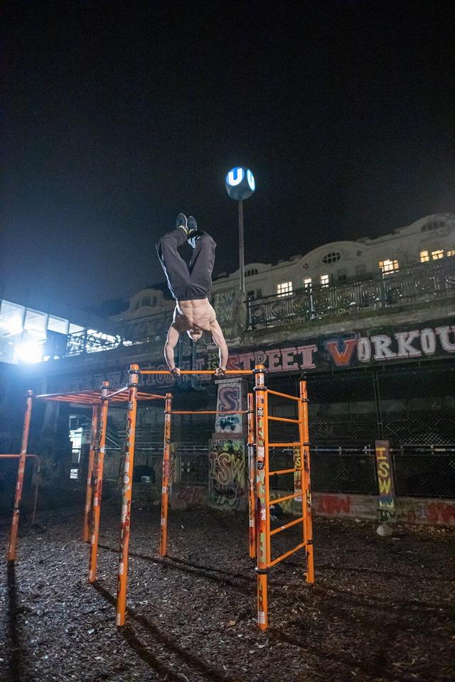 Vergiss nicht, dass jede schwarze Wolke eine dem Himmel zugewandte Sonnenseite hat - Oleksii Odnolkin - ISW - Street Workout - Calisthenics - International - Motivation - Vienna - Austria - Österreich - Wien - Roßauer Lände - Training - Outdoor - Gratis - Gemeinsam - Gewiss